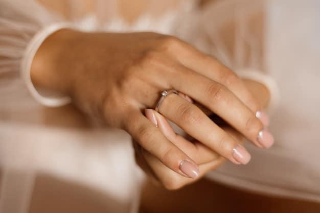 בסט לינקס freepikwoman-with-engagement-ring-with-diamond-beautiful-manicure_8353-10434