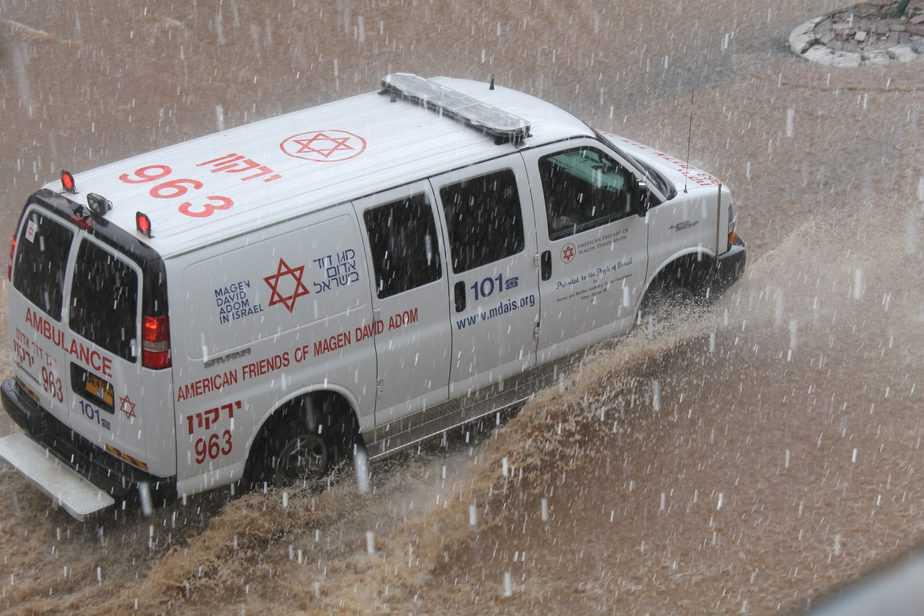 """אמבולנס מד""""א בנסיעה בגשם בפתח תקווה – צילום ברוך הופמן דוברות מדא 28.10.15 (1)"""