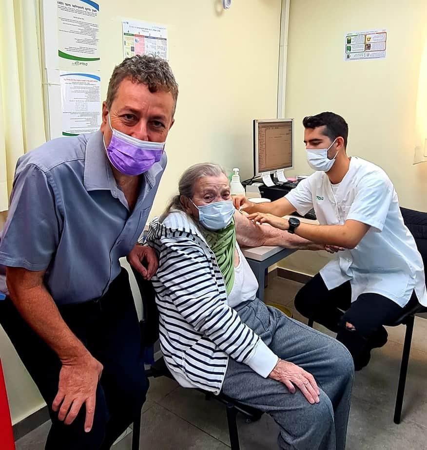 ישראל גל בביקור במרפאת כללית בחיסון קורונה (צילום דוברות קריית אונו)