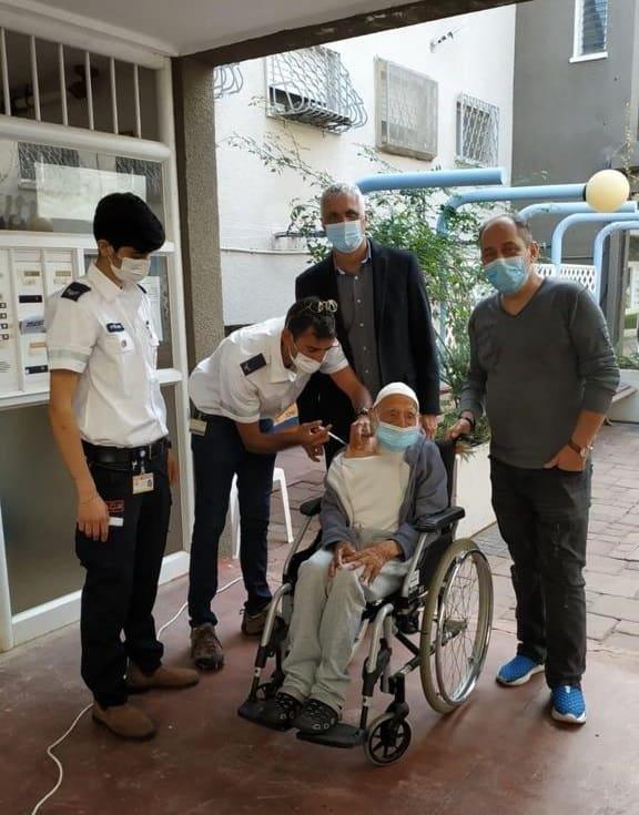צוות מדא מחסן את חסן אהרון בן 106 ביהוד-מונוסון – צילום דוברות עיריית יהוד מונוסון 5.1.2021