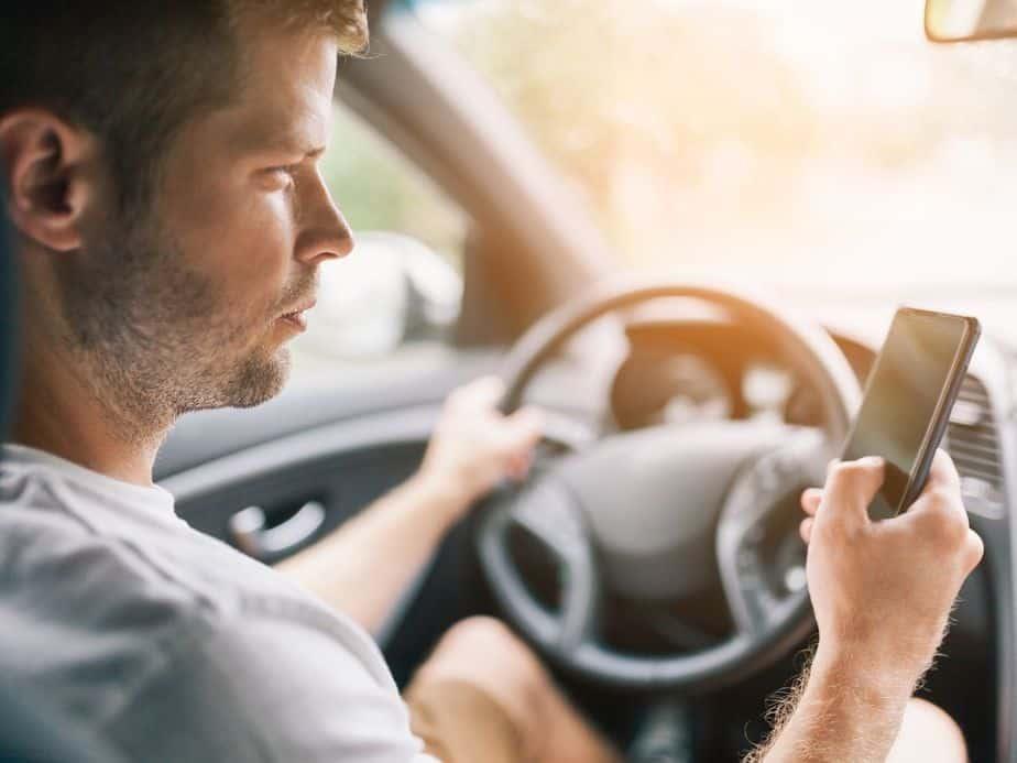 מסמסים תוך כדי נהיגה (צילום אילוסטרציה Canva)
