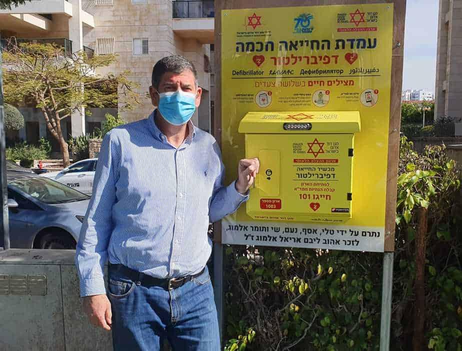 ראש העיר גבעת שמואל בעמדת מכשיר דפיברילטור (צילום דוברות גבעת שמואל)
