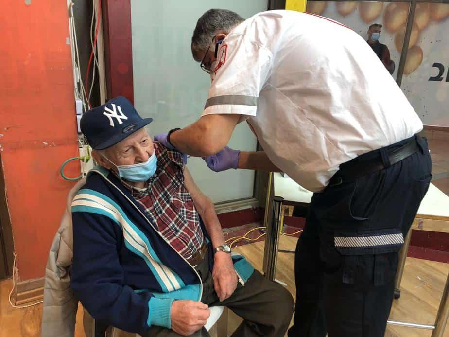 חיסון לאליעזר גינדין בן 100 (צילום דוברות גבעת שמואל)