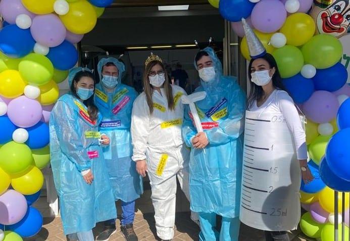 """צוות מתחם החיסונים באור יהודה מחופש (צילום דוברות מחוז דן-פ""""ת, כללית)"""