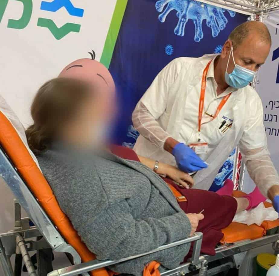 """מבצע לחיסון מרותקי הבית באור יהודה (צילום דוברות מחוז דן-פ""""ת, כללית)"""