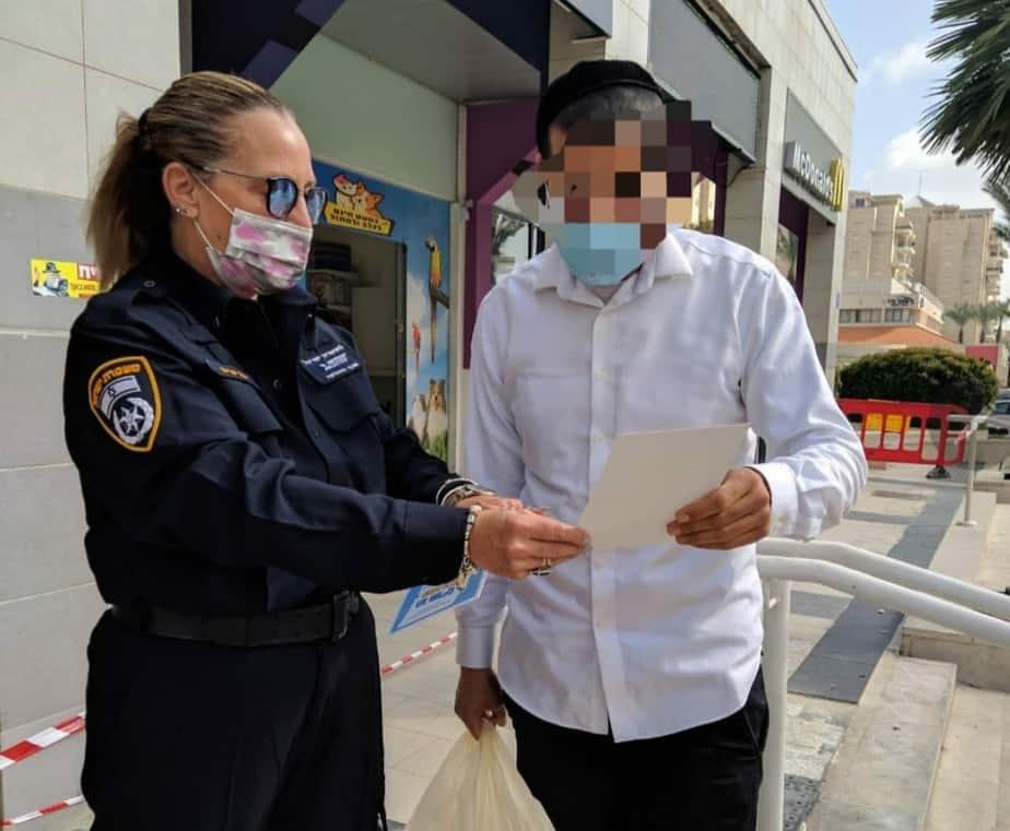 המשטרה בפעילות הסברה באור יהודה (צילום דוברות המשטרה)