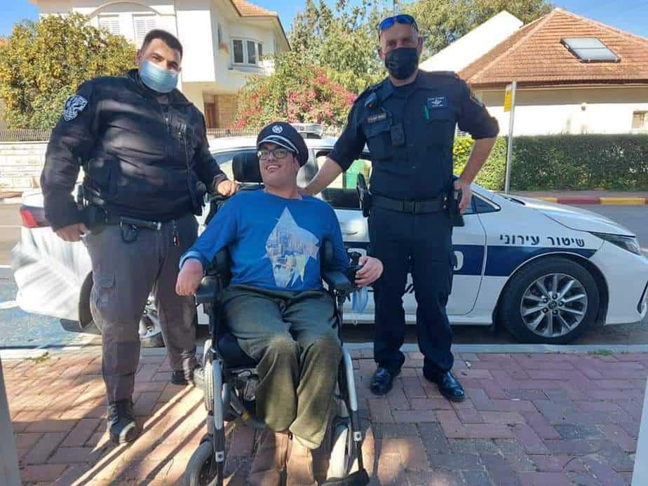 יאיר כהן בין שוטרי השיטור העירוני (צילום: פרטי)
