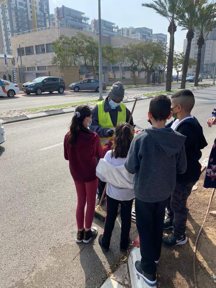 תלמידי אהוד מנור מעניקים תשומת לב למנקי הרחובות