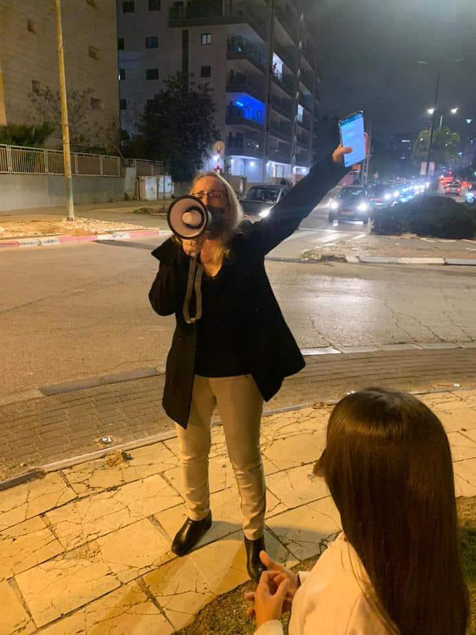 עדי עזר לבני בהפגנה (צילום פרטי)