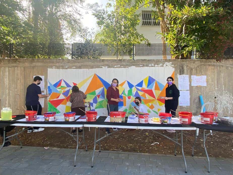 ציור הקיר בגני תקווה בתהליך (צילום אונו NEWS)