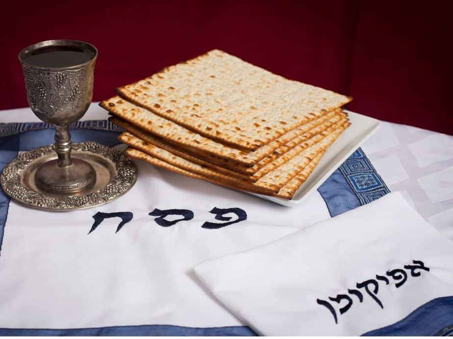 יואש כהן תושבי יהוד מונוסון מחפשים את האפיקומן ומסייעים לעסקים המקומיים