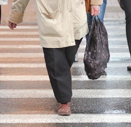 קשיש הולך רגל במעבר חציה (תצלום אילוסטרציה pixabay)