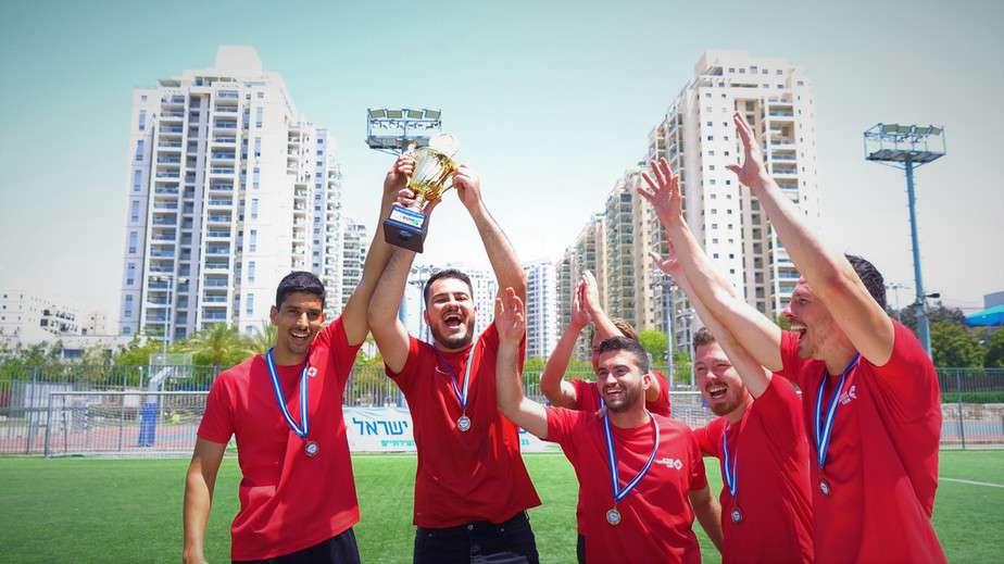 הנפת גביע של הקבוצה המנצחת בטורניר ההתרמה (צילום אור חורי)