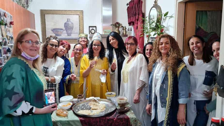 """ליאת שוחט אצל חגית נאווי עמבר עם נשות """"קפה אמא"""" (צילום דוברות עיריית אור יהודה)"""