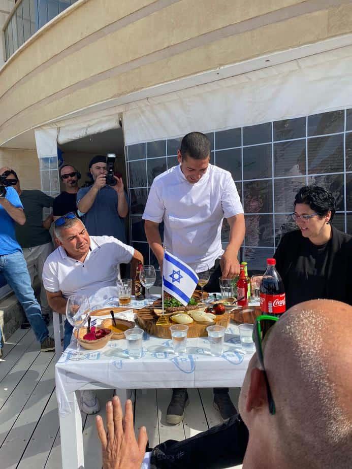 צוות השיפוט עם השף יוסי שטרית בתחרות הקבב הטעים באור יהודה (צילום פרטי)