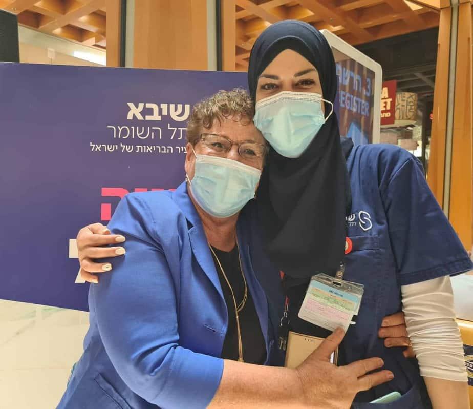 לינא אחמד (מימין) לצד מרים פרץ. צילום: נעמה עזריאל