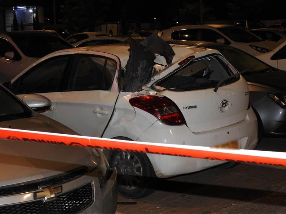 הרסיס שפגע ברכב חונה באור יהודה. צילום: יוסף ששון