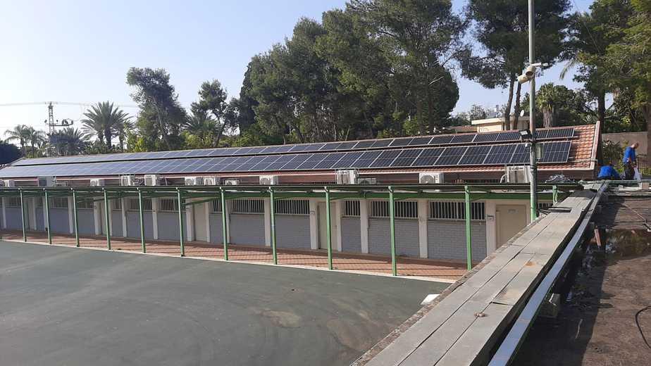 לוחות סולריים שהוצבו על גג חטיבת הביניים סביון-גני יהודה. צילום: דוברות המועצה המקומית סביון