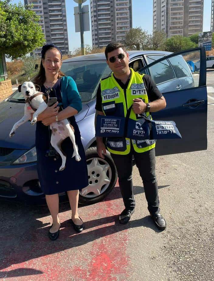 כונן ידידים ישראל אלמסי, בעלת הכלב והכלב שננעל ברכב. צילום: ידידים