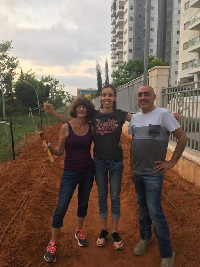 מימין לשמאל: הפעילים בגינה הקהילתית יגאל פלד, רינה שליבו ומרגרט אלנתן. צילום: רינה שליבו