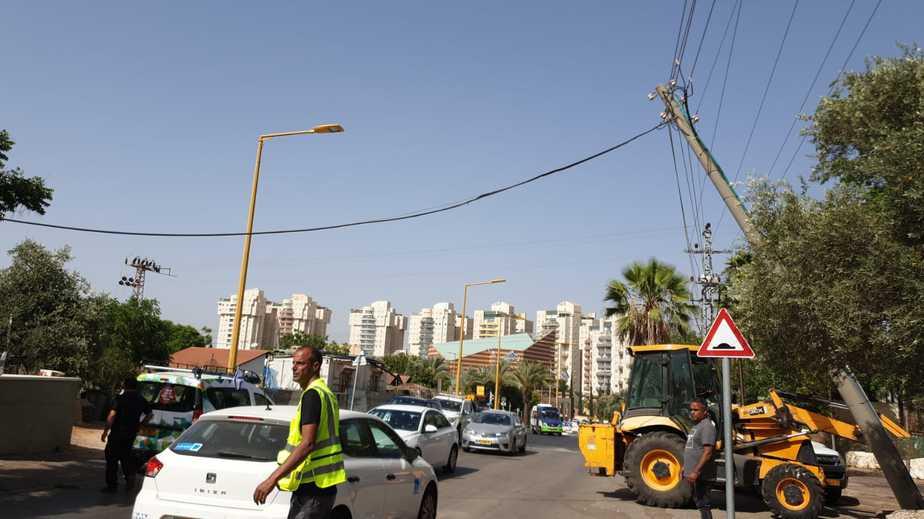 עמוד החשמל שנפגע ממשאית. צילום: דליה לין