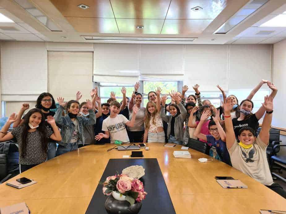 חברי פרלמנט הנוער ביום חילופי שלטון במועצת גני תקווה. צילום: ניקי מוד