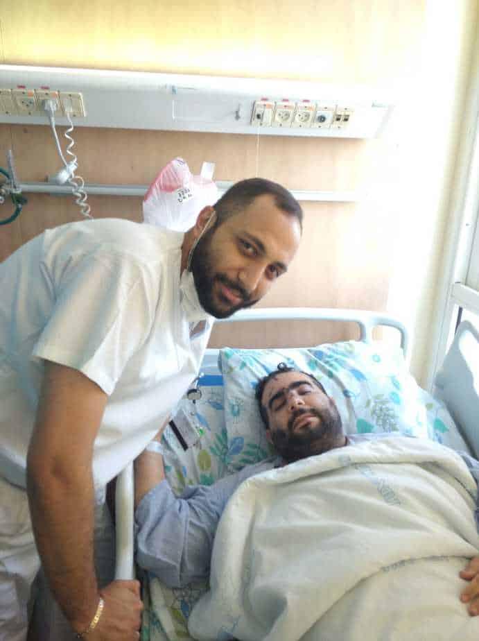 האח פאדי קאסם ליד מיטתו של מור ג'נאשווילי. צילום: דוברות המרכז הרפואי