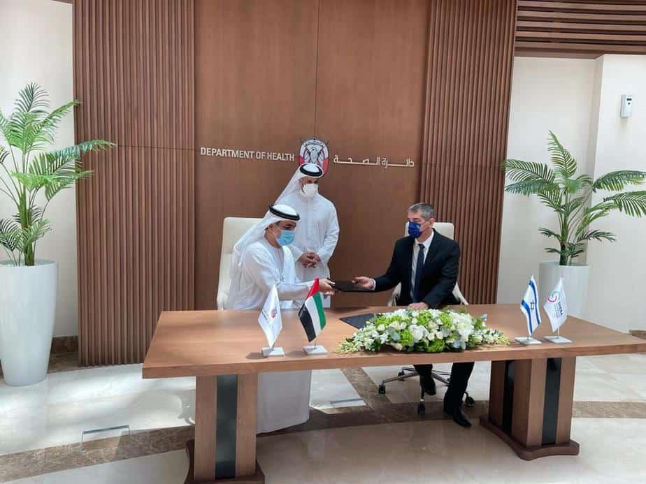 פרופ' יצחק קרייס ושייח' עבדאללה בן בוטי אל חאמד חותמים על ההסכם. צילום: דוברות שיבא