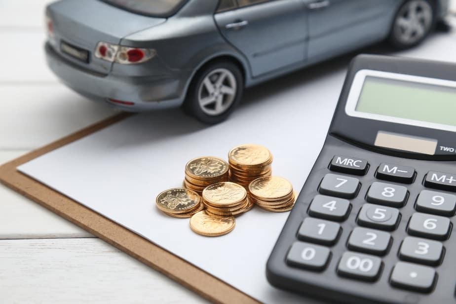 ביי פוסט – צילום FREEPIKcar-model-calculator-coins-white-table