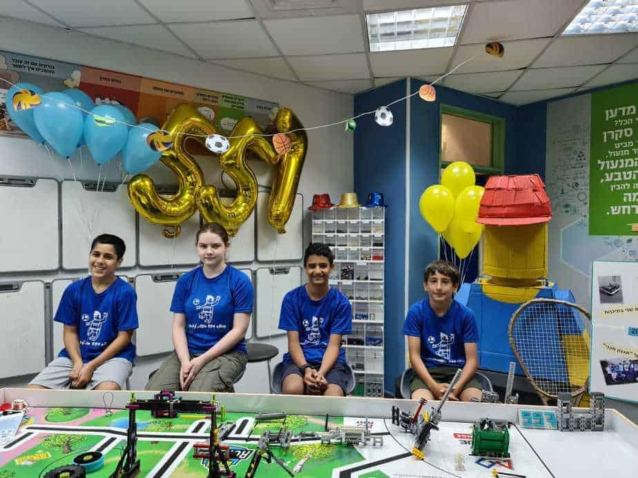 נבחרת הרובוטיקה של חטיבת הביניים יובלים. מימין לשמאל: נבו מור, עמית גימאני, מאיה סער ועוז יונתן. צילום: באדיבות תפוח הפיס אור יהודה
