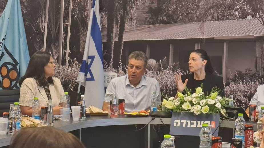 מימין לשמאל: מרב מיכאלי, ישראל גל וליזי דלריצה במפגש ראשי ערים של מפלגת העבודה. צילום: דוברות מועצת גני תקווה