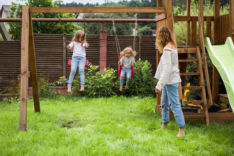 ביי פוסט. נדנדות לילדים בחצר, הפתרון האידיאלי לחופש הגדול. קרדיט: depositphotos