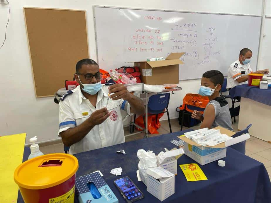 נער מתחסן במתחם החיסונים בסביון בשבוע שעבר. צילום: דוברות המועצה המקומית סביון