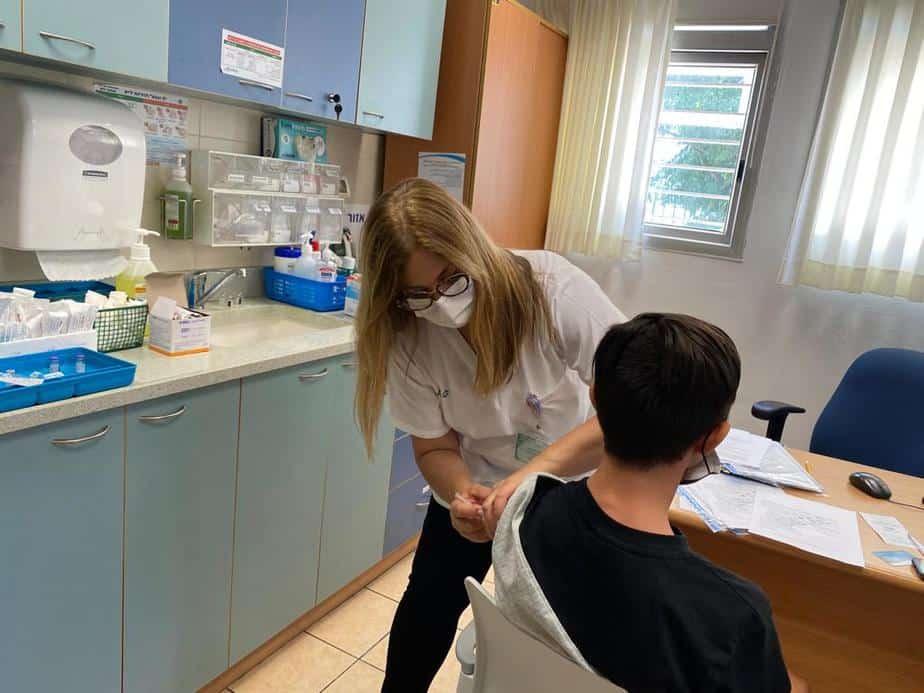 מנהלת הסיעוד במרכז בריאות הילד גיורא של הכללית באור יהודה, מגי כהן, מחסנת את ירין חבני בן 14.5. צילום: