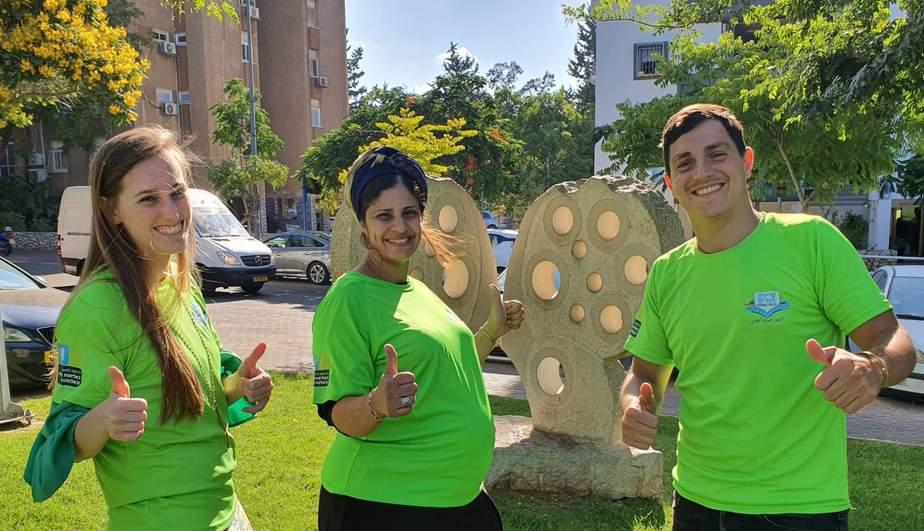 שלומית מרסיאנו (באמצע) עם מתנדבי סיירת ההורים אליאור פניגל (מימין) ויעל בן נון. צילום: דוברות עיריית גבעת שמואל