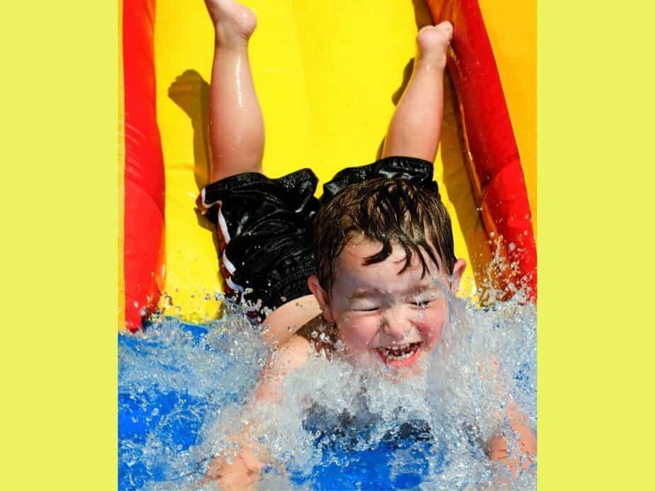 חוגגים את הקיץ במגלשת מים. צילום אילוסטרציה: Canva