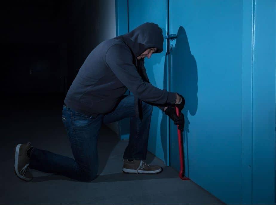 תושב קריית אונו חשוד בפריצה לדירה ותקיפה. צילום אילוסטרציה: Canva