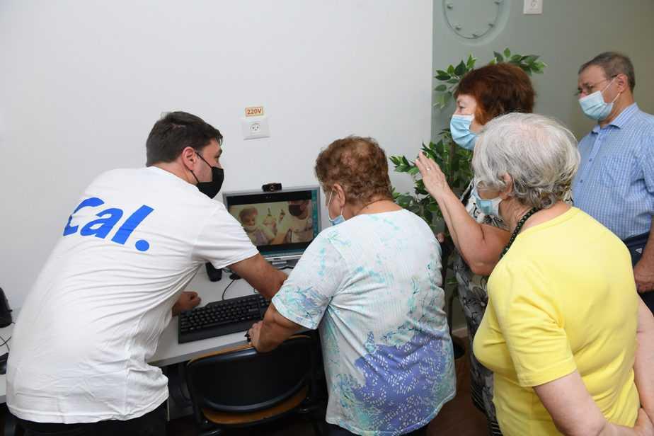דיירי בית האבות עמיגור עם מתנדב מכאל בחדר המחשבים החדש. צילום: כאל