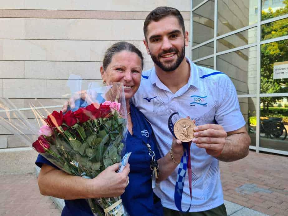 מפגש בין הג'ודאי פיטר פלצ׳יק לאמא שלו, לריסה גרודברג, מנהלת מרפאת המשטפים במרכז הרפואי שיבא. צילום: נעמה פרנק עזריאל
