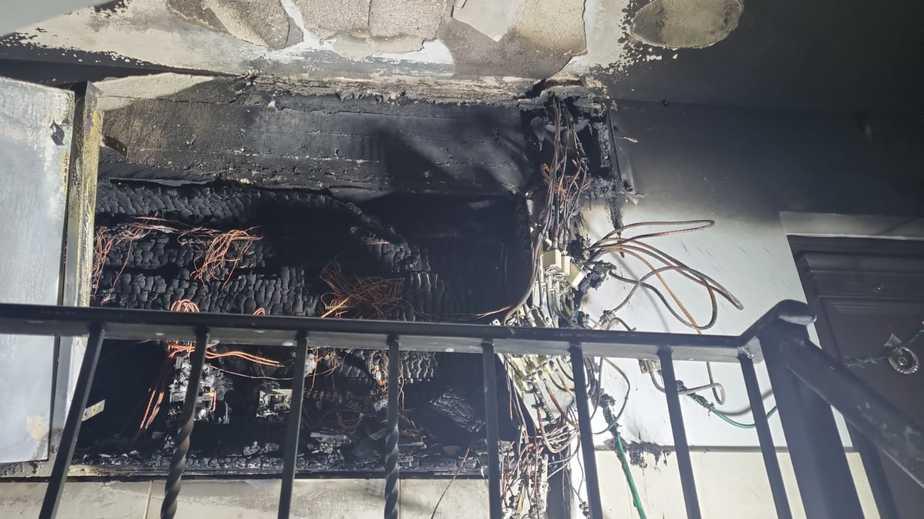 שריפה בארון חשמל בבניין באור יהודה. צילום: תיעוד מבצעי כבאות והצלה