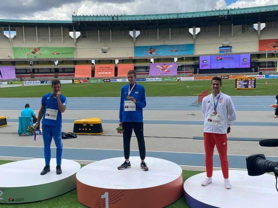יונתן קפיטולניק על הפודיום (באמצע) באליפות העולם באתלטיקה בקניה. צילום: באדיבות איגוד האתלטיקה