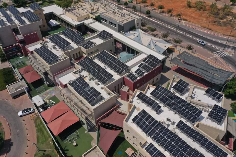 לוחות סולאריים שהותקנו על גגות בית הספר יעקב כהן. צילום: יעקב שלום