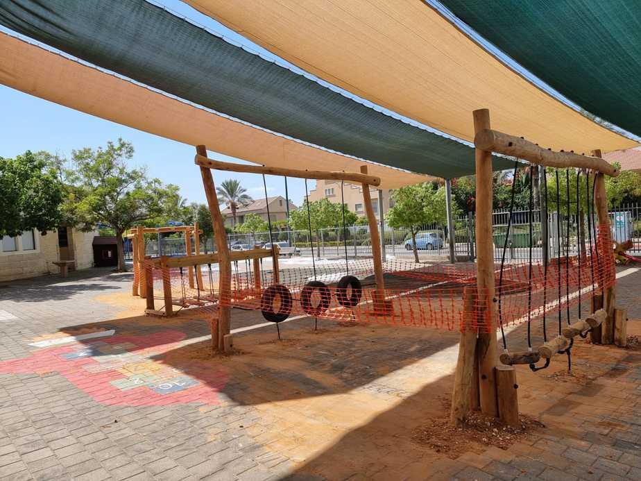 שיפוץ מתקני המשחקים בחצר בית הספר עלומים. צילום: באדיבות אגף החינוך של עיריית קריית אונו