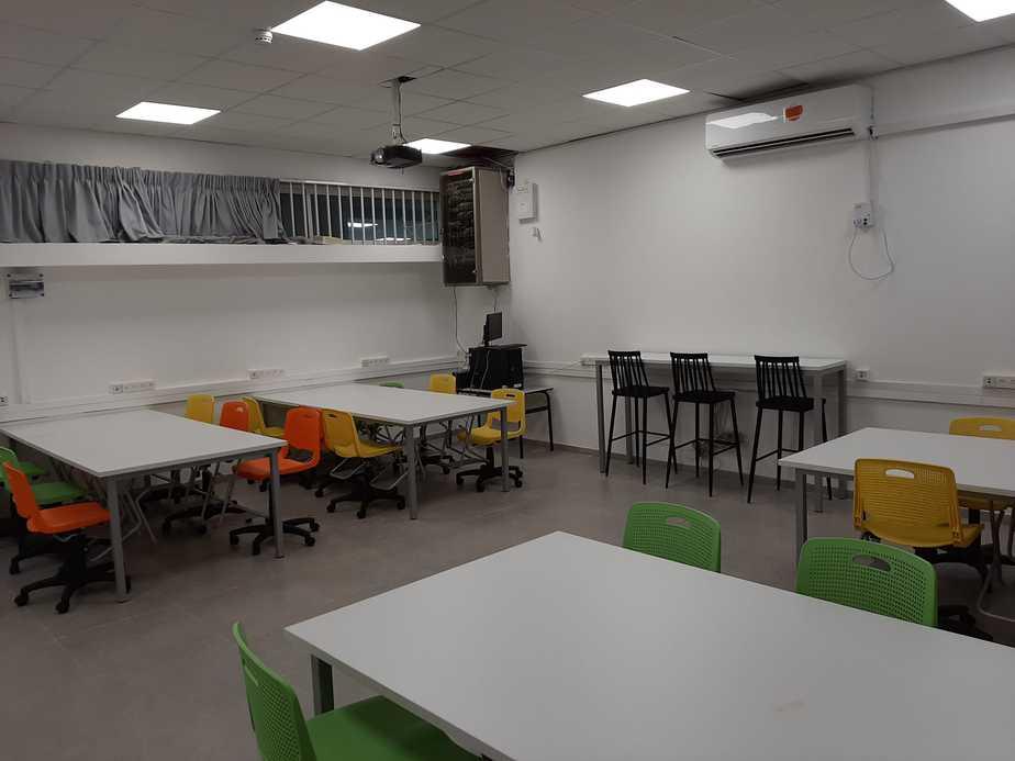 שיפוץ של כיתת מחשבים בבית הספר רימונים. צילום: באדיבות אגף החינוך של עיריית קריית אונו