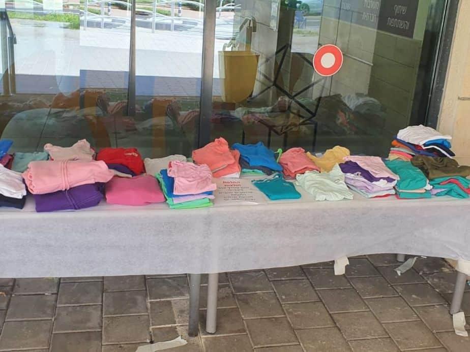החולצות של בית הספר אילות המיועדות להחלפה. צילום: באדיבות הנהגת ההורים אילות