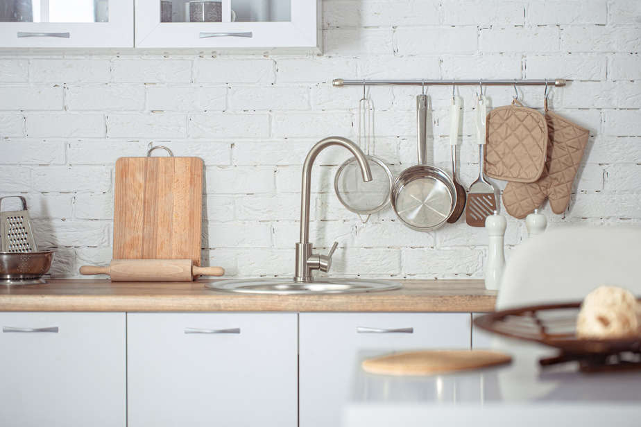 בסט לינקס צילום: קרדיט תמונה: freepik modern-stylish-scandinavian-kitchen-interior-with-kitchen-accessories-bright-white-kitchen-with-household-items