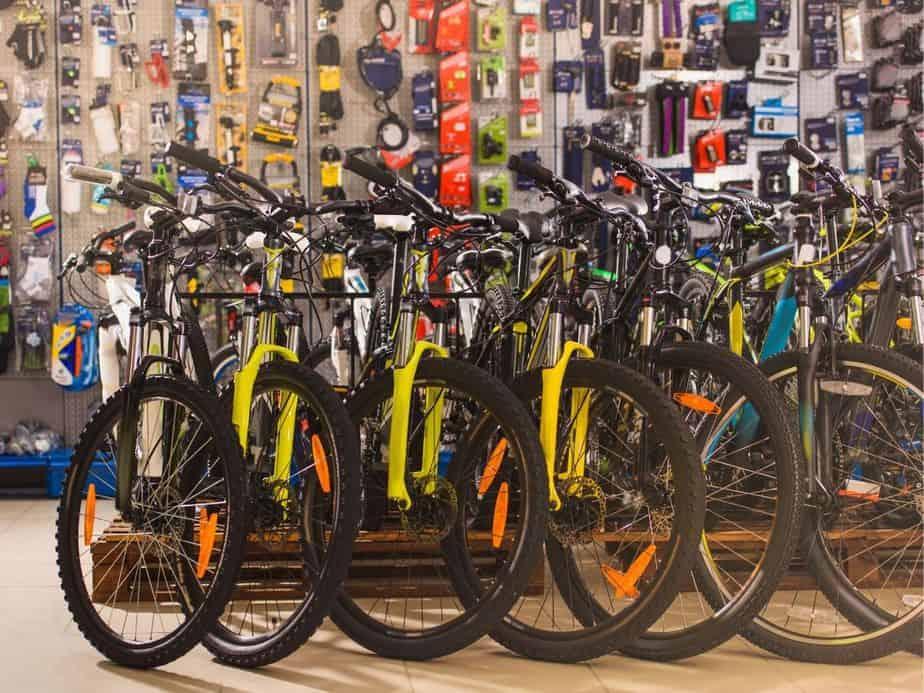 חנויות אופניים וקורקינטים. אילוסטרציה canva