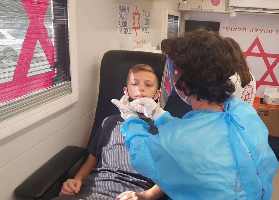 """צוותי מד""""א מבצעים בדיקות מהירות (אנטיגן). צילום: דוברות מד""""א"""