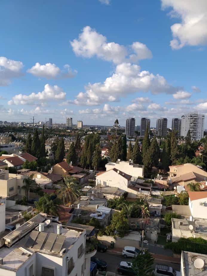 """הנוף שיוסתר לדיירי רחוב דוד אלעזר על ידי הבניינים שייבנו ברחוב הפלמ""""ח. צילום: באדיבות התושבים"""