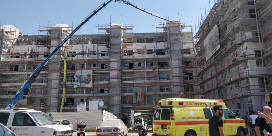 """פועל נהרג באתר בניה בקריית אונו.צילום: תיעוד מבצעי מד""""א"""